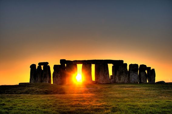 800px-Stonehenge_sun-photo-copyright-flickr-user-Simon-Wakefield-2008