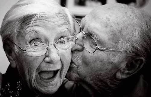 old-people-kissing-b_w